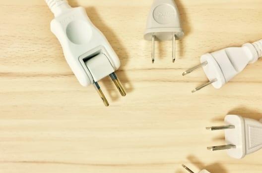 無理な形で電気コードを使用する
